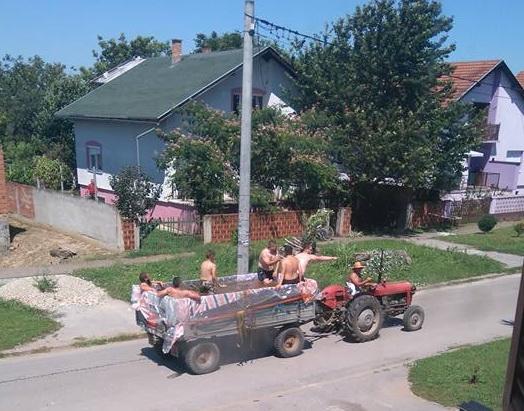 Photo of Sarvašani osmislili svoje Zrće – u traktorskoj prikolici